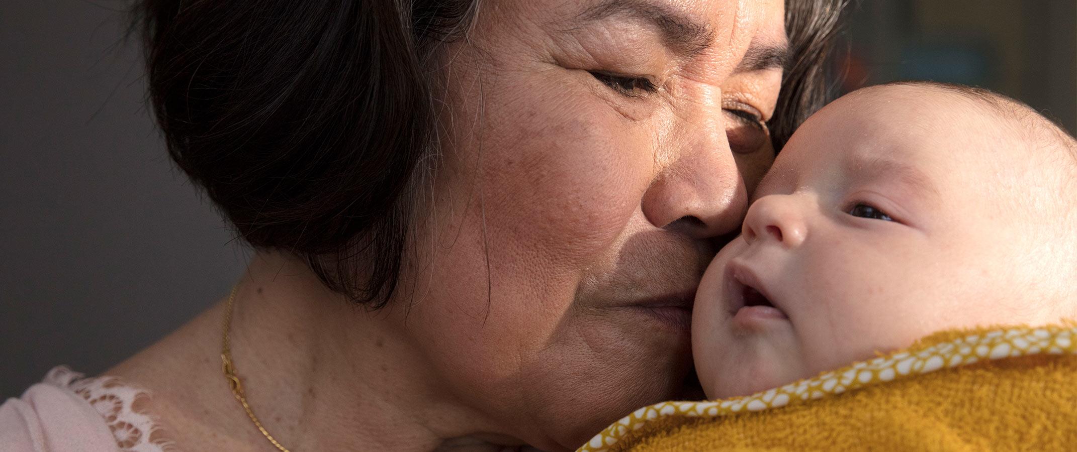 Une grand-mère embrassant un bébé