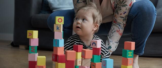 Un bébé jouant avec des blocs