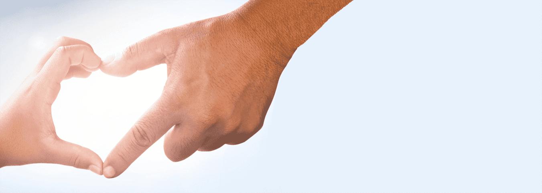 La main d'un enfant et d'un adulte formant un cœur