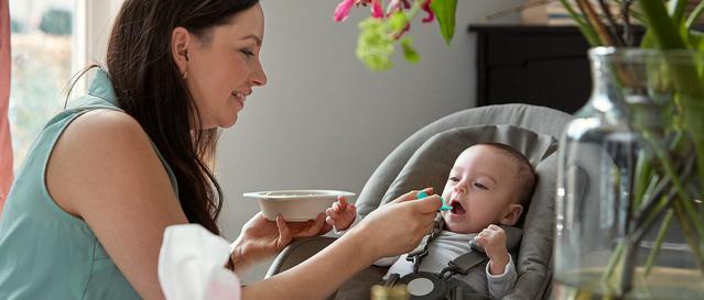 Une maman donnant à manger é son bébé
