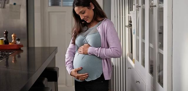 Une maman enceinte caressant son ventre