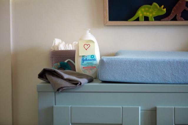 Lotion pour nouveau-nés Johnson's® DouxCotonMC sur une table à langer
