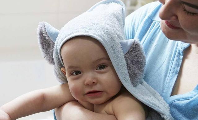 Une maman et un bébé pendant le bain