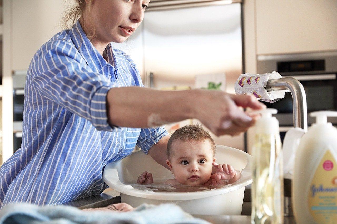 Donner un bain à bébé avec un nettoyant Johnson's®