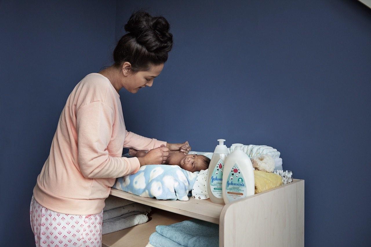 Un bébé à côté de soins pour nouveau-nés Johnson's®
