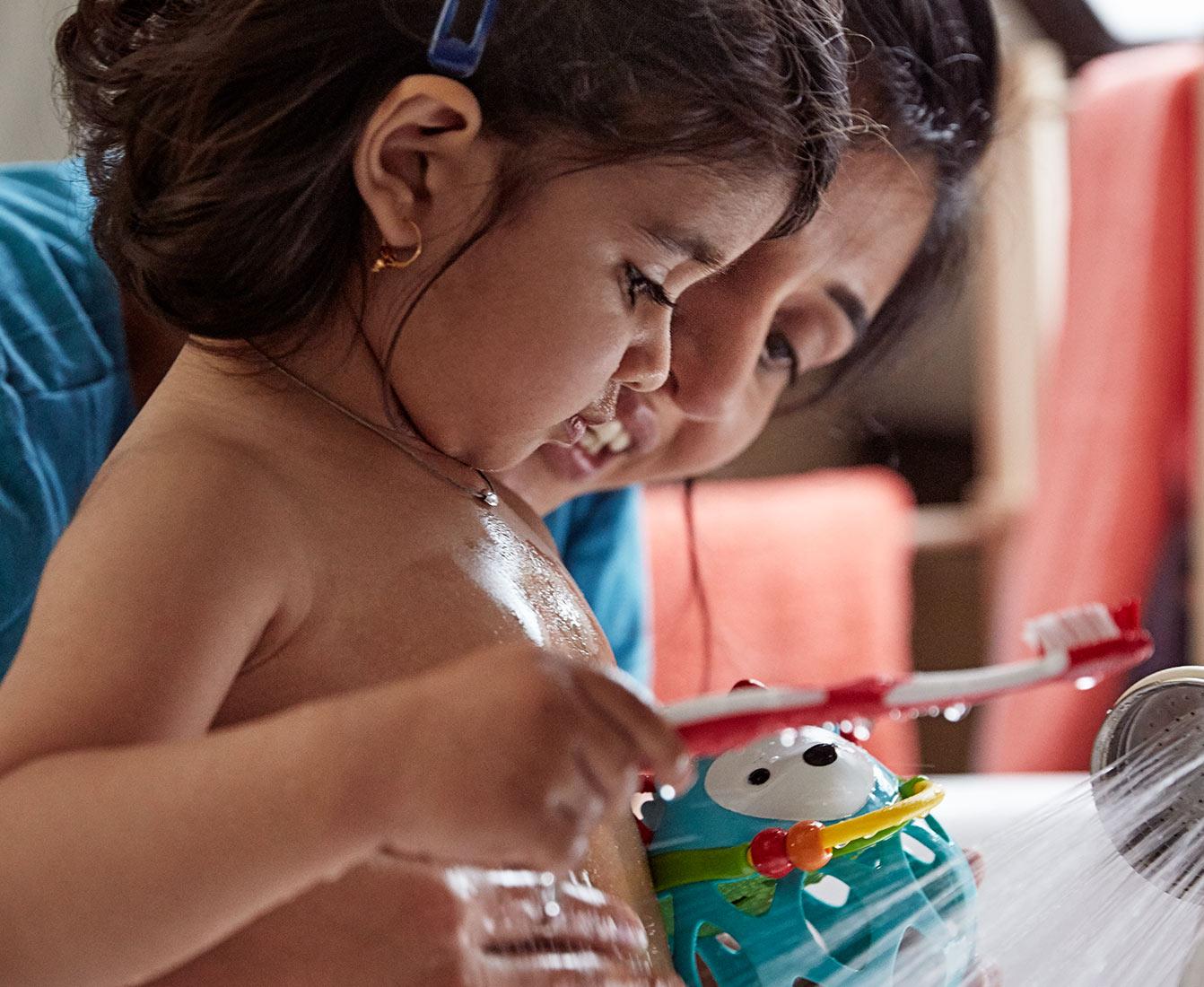Un parent aidant son enfant à se brosser les dents