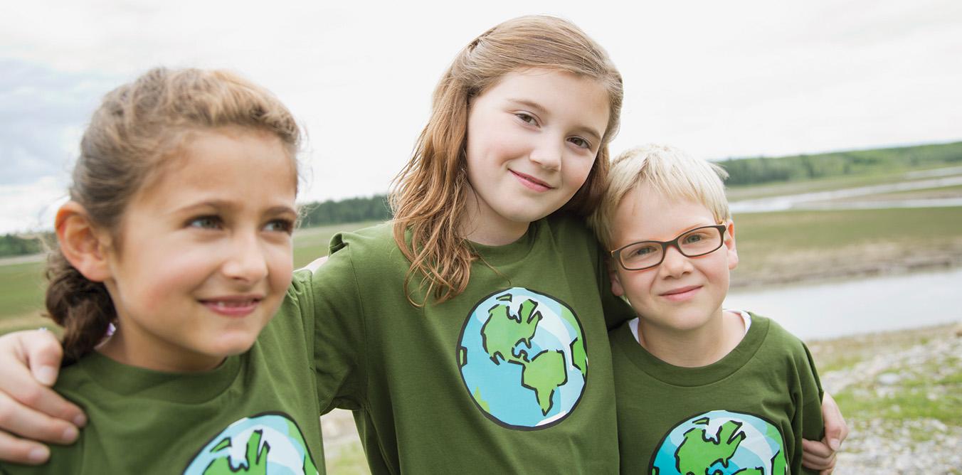 Trois filles portant des t-shirts avec des symboles environnementaux