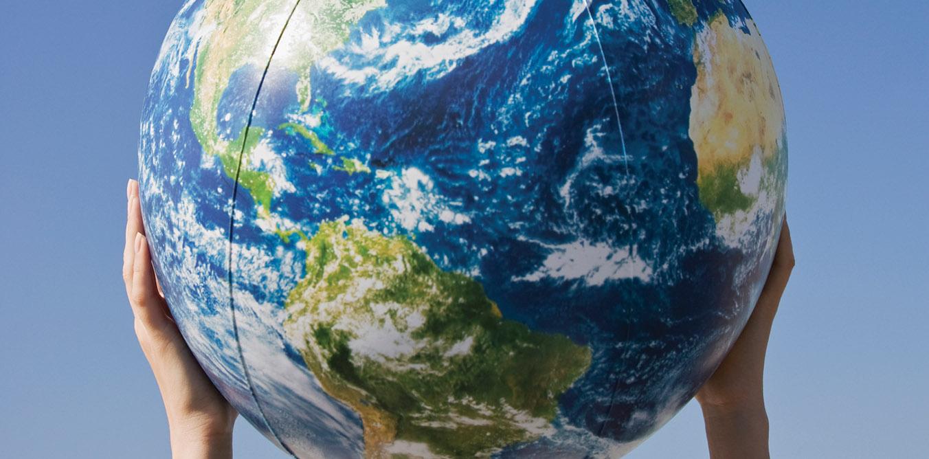 Des mains tenant un globe terrestre